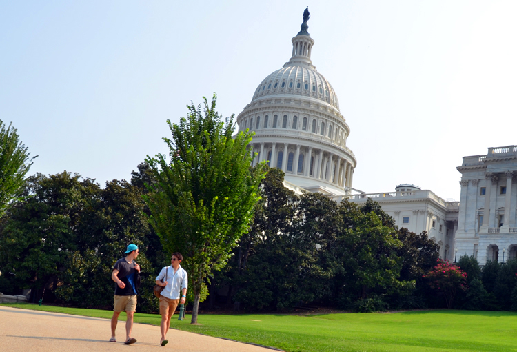 USA: Schwule Touristen vor dem Capitol in Washington D.C.